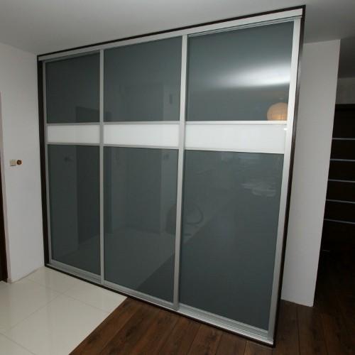 Sieninė spinta su pilku stiklu