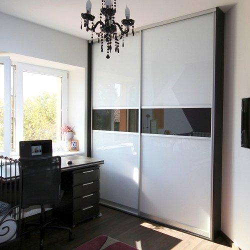 Sieninė spinta su juodo stiklo horizontaliu intarpu