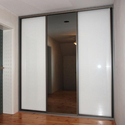 Sieninė spinta su baltais stiklais ir tamsintu veidrodžiu