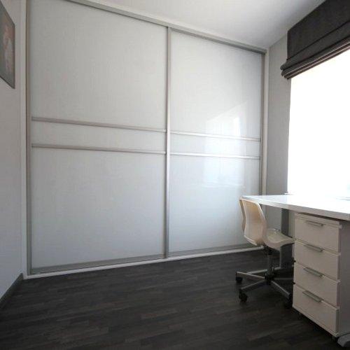 Sieninė spinta su balta spalva dažytais stiklais