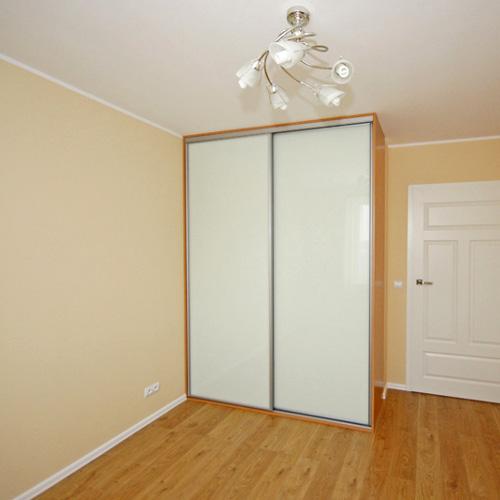 Sieninė spinta su baltais stiklais