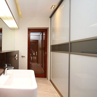 Sieniė spinta stumdomomis durimis vonioje