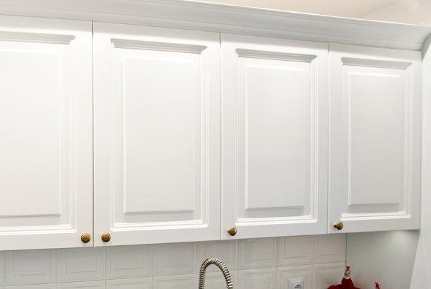 Balti, dažyti klasikiniai virtuvės baldai