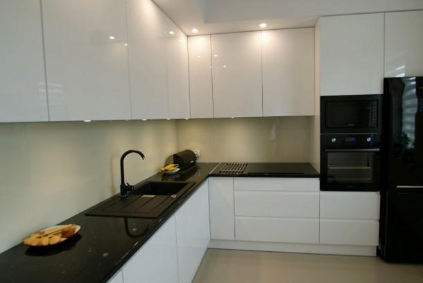 Blizgaus dažymo virtuvės baldai