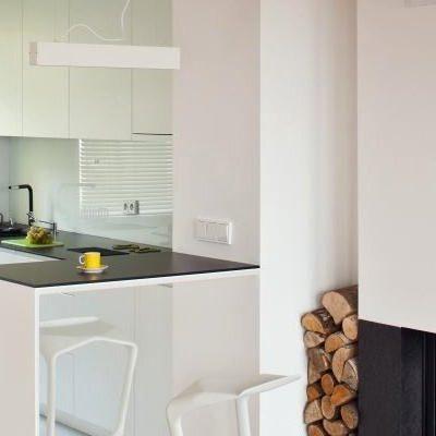 Dažytas baltas stiklas virtuvėje Lacobel 9003