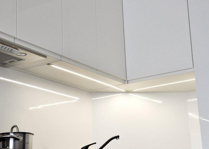 Instaliuojame LED apšvietimą po spintelėmis