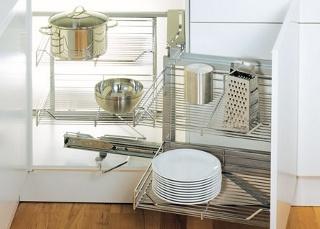 Mechanizmas kampinei spintelei su stalčiais