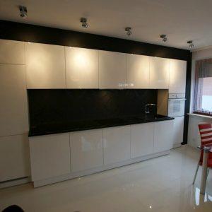 Modernūs, dažyti virtuvės baldai