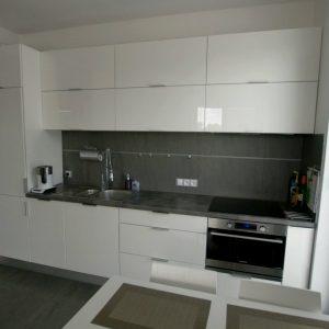 Modernūs virtuvės baldai su dažytais, blizgiais fasadais