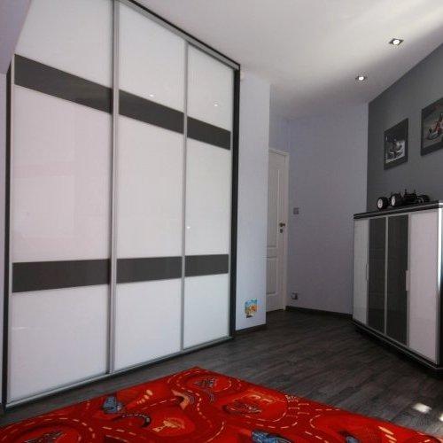 Sieninės spintos su baltu ir pilku stiklu