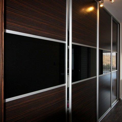 Sieninės spintos su juodo stiklo juosta