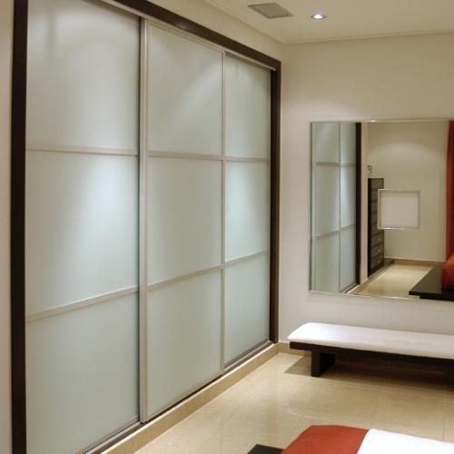 Sieninės spintos su baltu dažytu stiklu