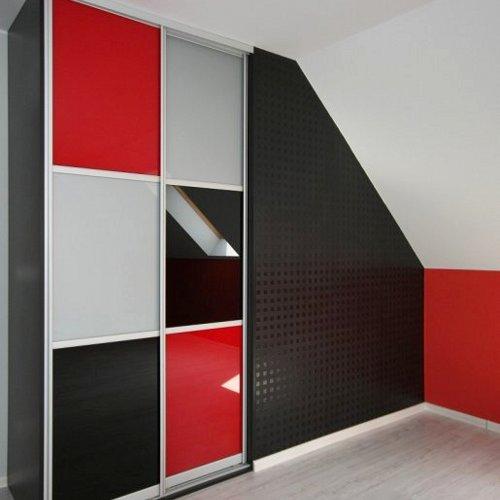 Sieninės spintos su juodu ir raudonu stiklu