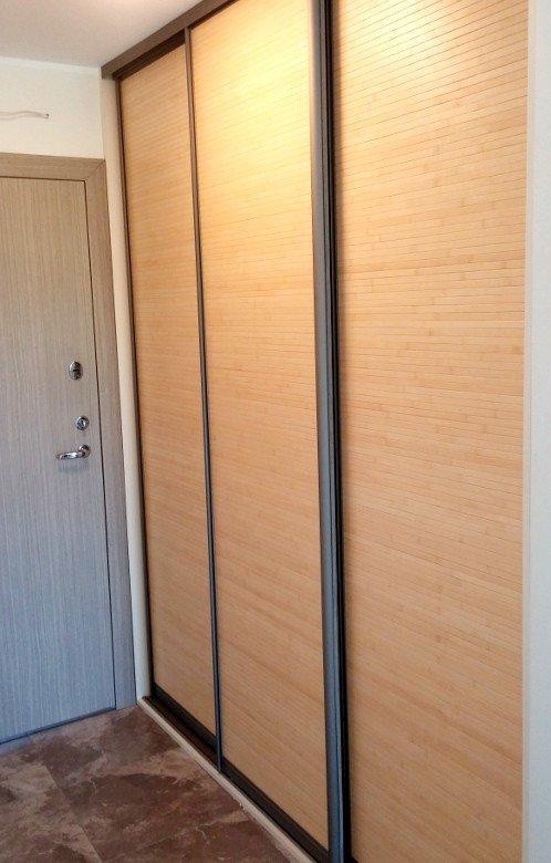 Sieninės spintos stumdomomis durimis su bambuku