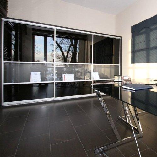 Sieninės spintos su juodu blizgančiu stiklu