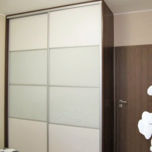 Sieninės spintos su melsvu stiklu ir balta plokšte