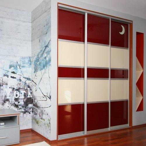 Sieninės spintos su raudonu ir kreminiu stiklu