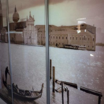 Slenkančios durys su Venecijos vaizdu