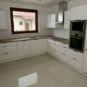 Stilingi, šviesūs virtuvės baldai