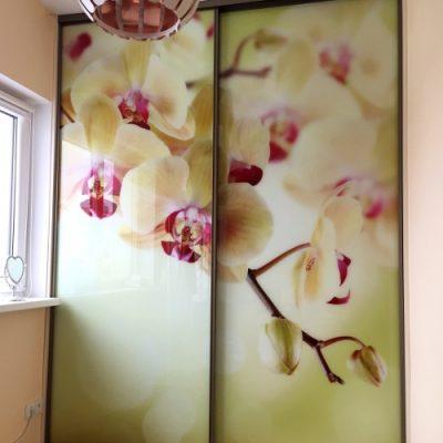 Stumdomos durys fototapetas su orchidejomis