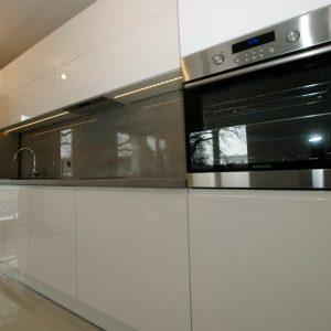 Šviesūs virtuvės baldai. Baltas dažytas MDF