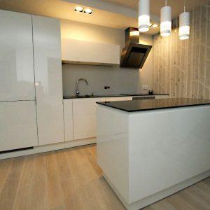Virtuvės baldai. Dramblio kaulo spalvos dažytas, blizgus MDF